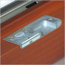 Eingelassene Beschläge in PaX Holz- und Holz-Aluminium Fenstern sehen nicht nur elegant aus. Sie schaffen auch die Voraussetzung für geringe Spaltmaße und damit für mehr Einbruchhemmung